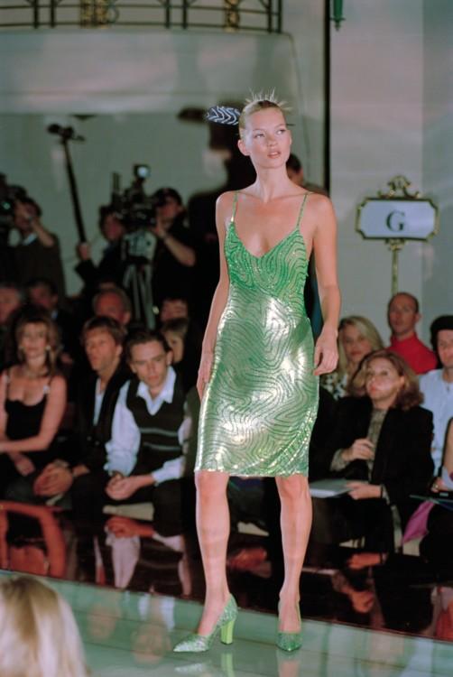 Кейт Мосс на показе Versace весна-лето 1996