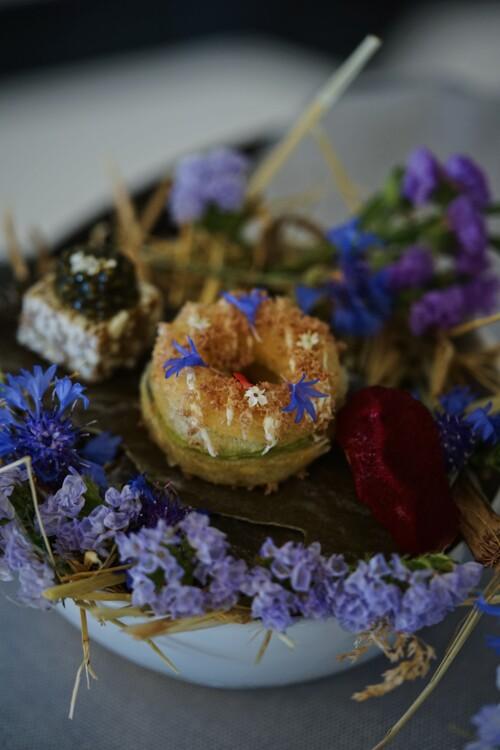 Амисбуш: кронат с уткой (донат из круассанного теста), мини-эклер с кремом из лосося и снек с маслом и черной икрой.