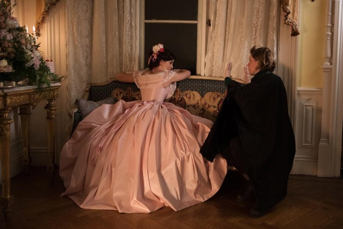 Емма Вотсон і Грета Гервіг на знімальному майданчику «Маленьких жінок»