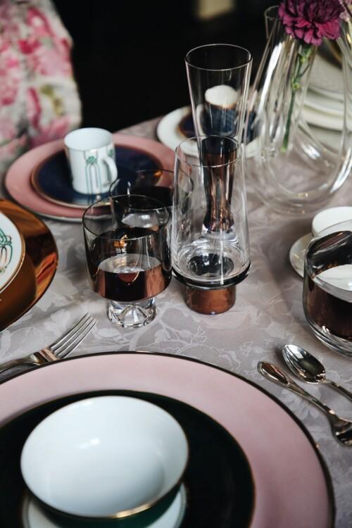Блюдо з колекції Passion, тарілка з колекції LUSH FOREST, піала з колекції Liberty – все Porcel; склянка для води, келих для віскі – все з колекції Tank, Tom Dixon; столове приладдя з колекції H-Art, Sambonet