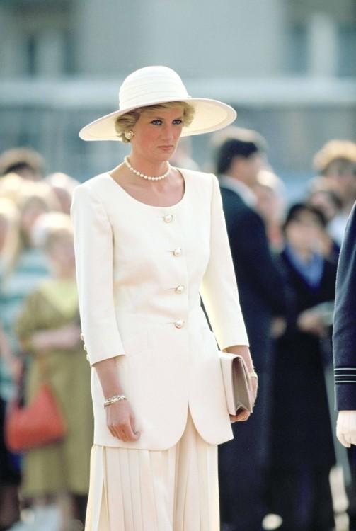 Принцесса Диана в аэропорту в первый день своего официального визита в Венгрию, 1990