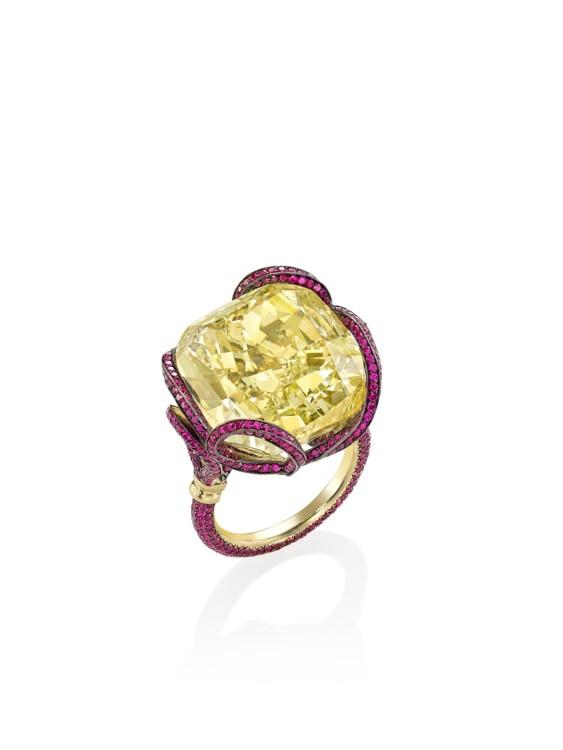 Кольцо с желтым бриллиантом в 30.07 карат и темно-розовыми сапфирами, 18-каратное желтое золото