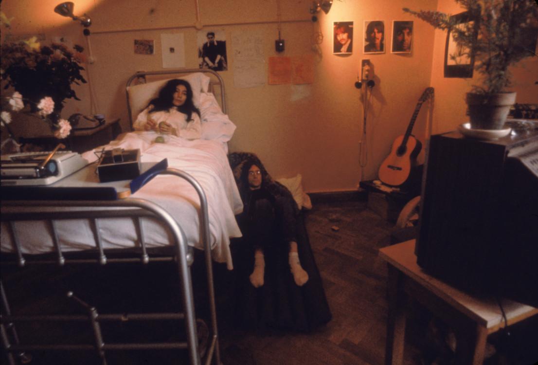 Джон Леннон біля ліжка Йоко Оно у лікарні, 1968 рік