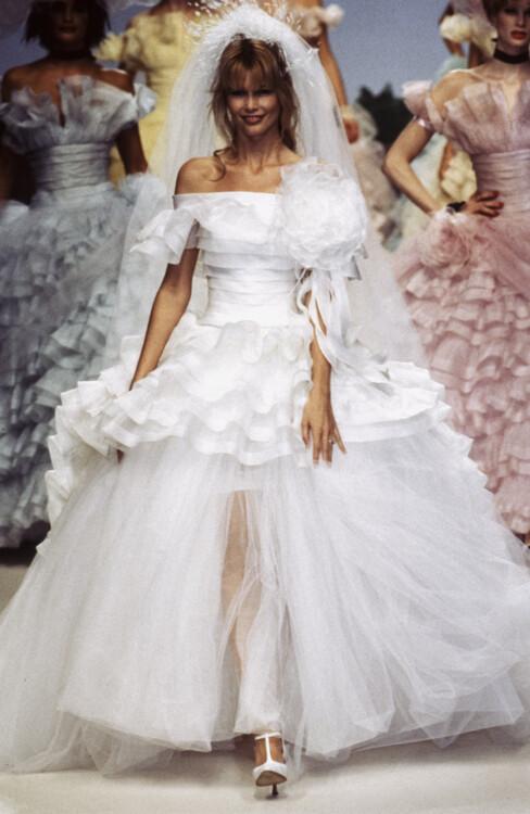 Клаудия Шиффер во время показа Chanel Haute Couture весна-лето 1994