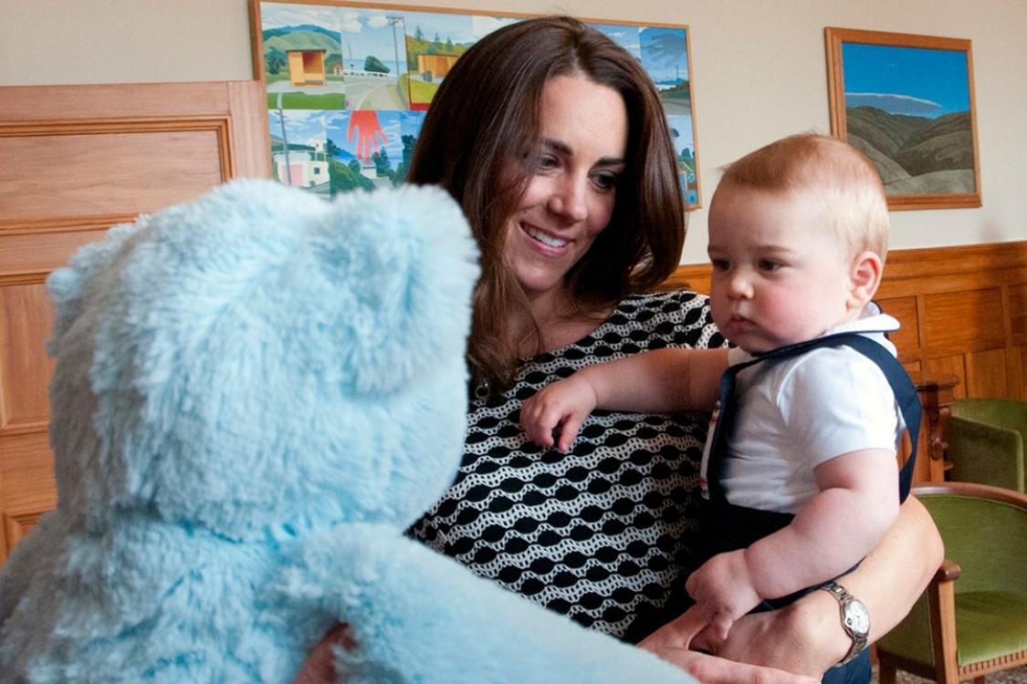 Принц Георг на своей первой детской вечеринке в губернаторской резиденции в Велингтоне во время их новозеландско-австралийского турне в апреле 2014 года. Георг впервые появился на публичном мероприятии со своими родителями
