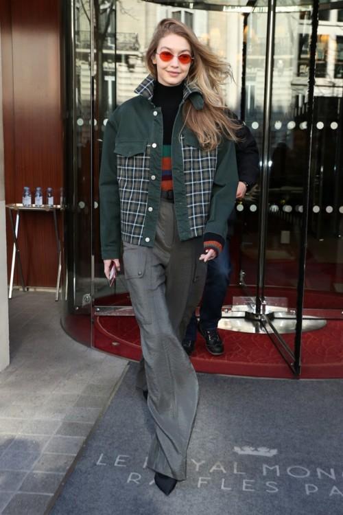 Джиджи Хадид в куртке Holzweiler, водолазке Cienne, брюках Nina Ricci, очках Gentle Monster и туфлях iRi