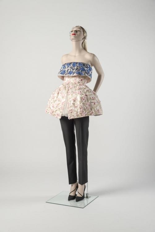 Бальное платье с черными брюками, Raf Simons для House of Dior. Выбран нарядом 2012 года