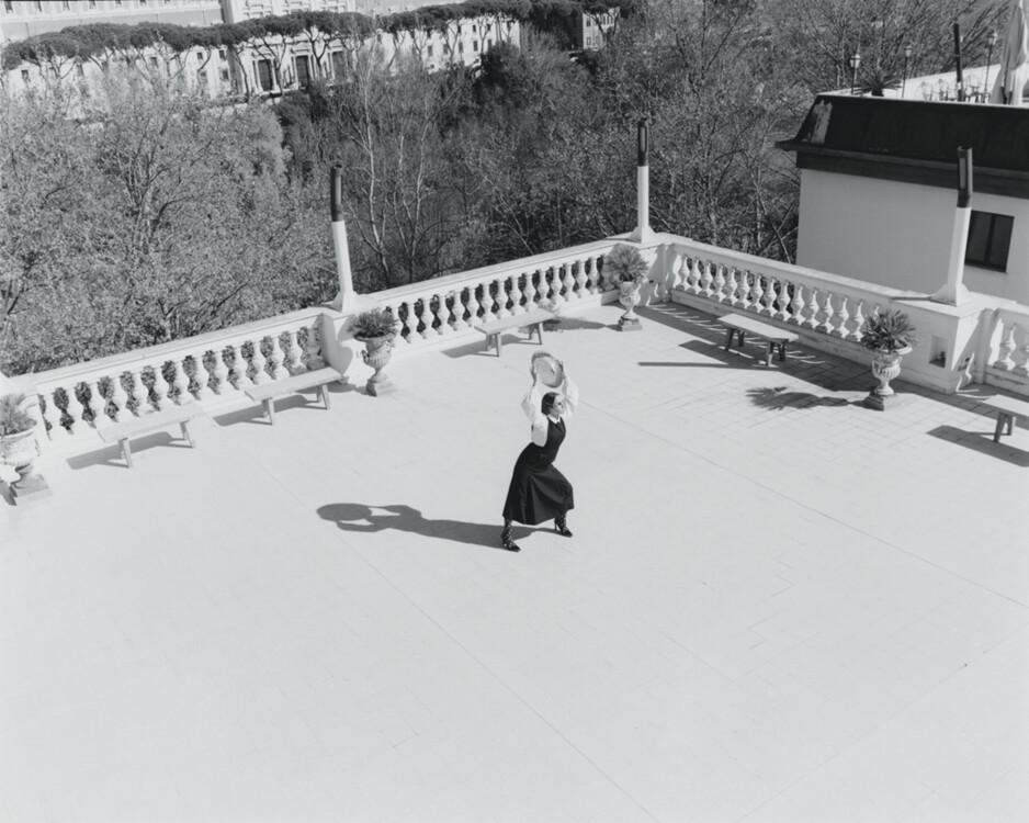 Шелковая блуза, Chloé, винтаж; шерстяное монашеское платье, кожаные туфли, нейлоновые колготы, все – Fendi