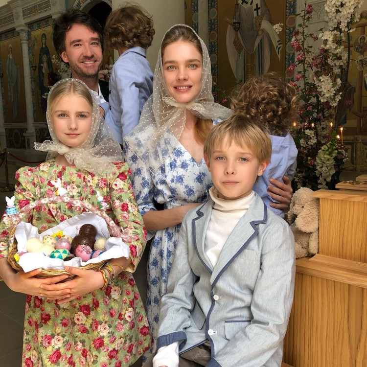 Наталья Водянова с сыновьями Лукасом, Максимом, Романом и дочерью Невой (фото: Instagram @natasupernova)