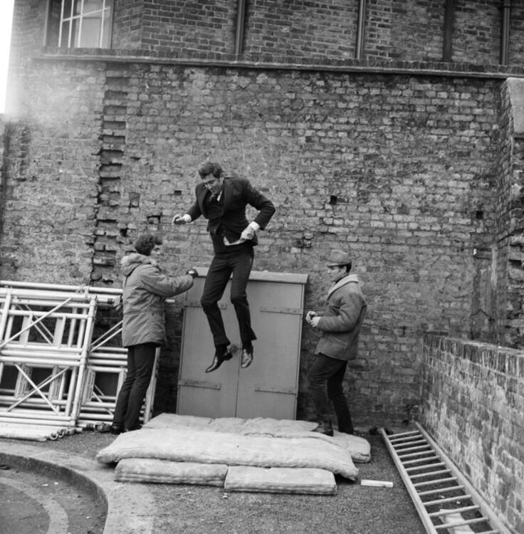 """Джордж Лэзебни на съемках """"На службе ее королевского величества"""", 1969"""