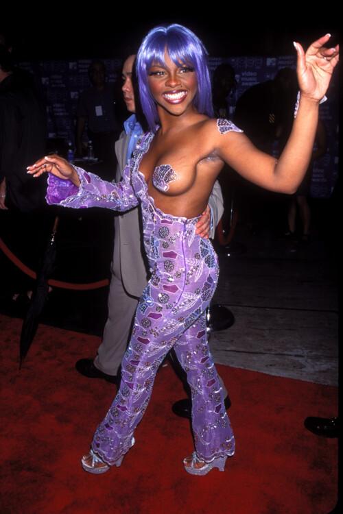 Lil' Kim в 1999 году появилась перед публикой в пурпурном комбинезоне.