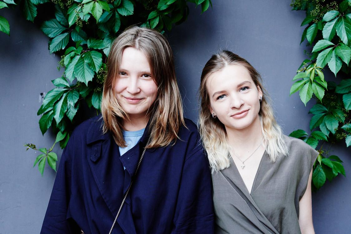Соня Цыганкова (слева)