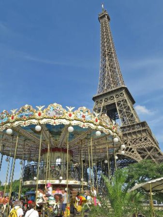 Карусель под Эйфелевой башней прекрасна в любое время года и любое время суток. С любого ракурса и в любую погоду.
