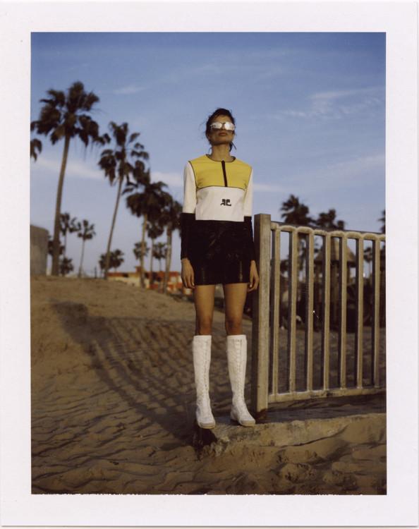 Топ из экохлопка, юбка из экохлопка, все – Courrèges; кожаные сапоги, Dior; очки, AHLEM