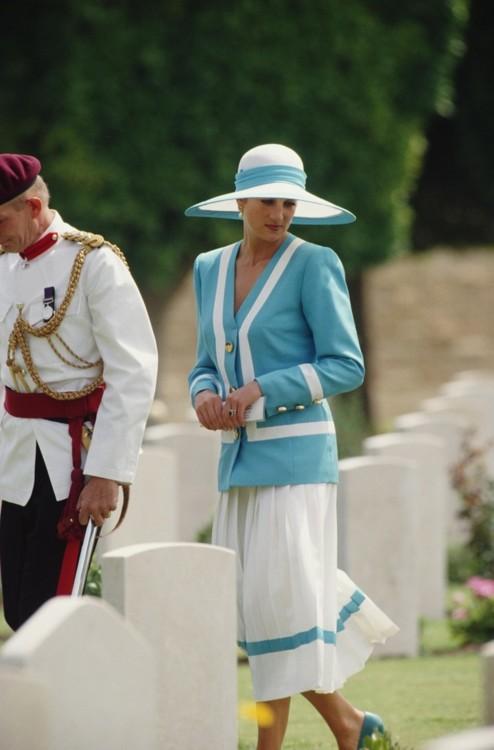 Принцесса Диана в костюме Catherine Walker и шляпе Philip Somerville, 1992