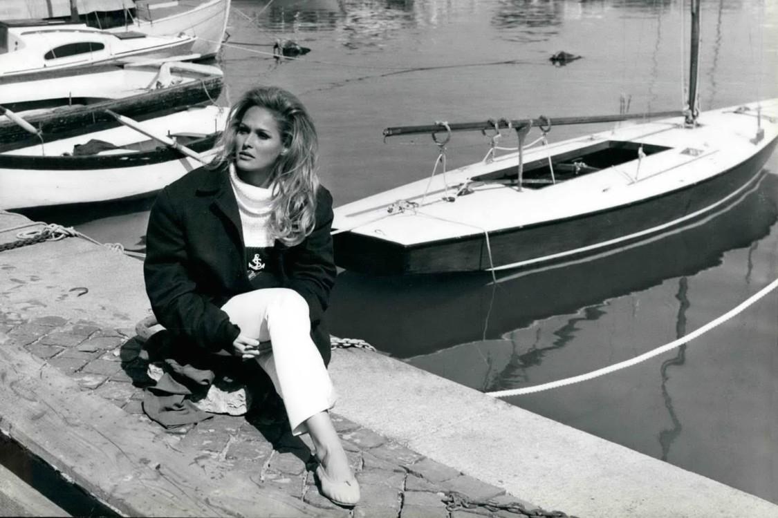 На прогулке в итальянском городе Анцио, 1968