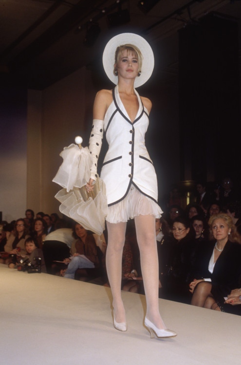 Клаудиа Шиффер во время показа Chanel весна-лето 1990