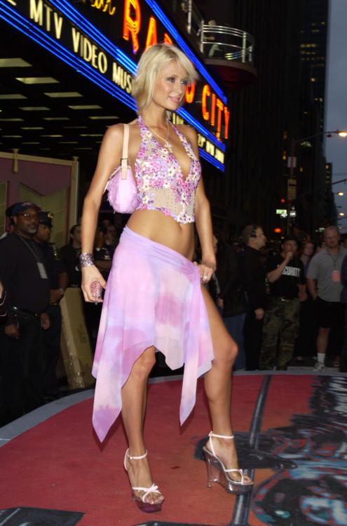 Пэрис Хилтон в 2002 году появилась на VMA в асимметричной розовой  юбке на запах, цветочном топе и с розовой сумочкой.