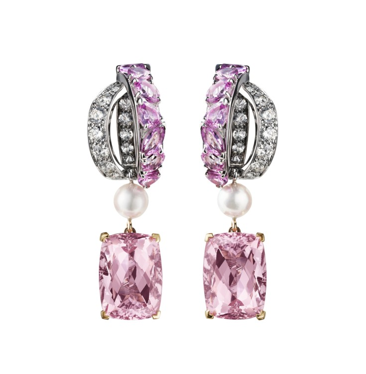Серьги Antoinette из коллекции Coco Avant Chanel, белое золото, 2 круглых розовых сапфира, 12 розовых сапфиров фантазийной огранки, 2 прямоугольных сапфира, 10, 2 культивированные жемчужины и 66 бриллиантов огранки «бриллиант», Chanel Fine Jewelry