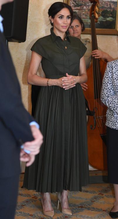 Платье Brandon Maxwell весна-лето 2019, туфли Tamara Mellon, серьги в виде бабочек и браслет, ранее принадлежавшие принцессе Диане