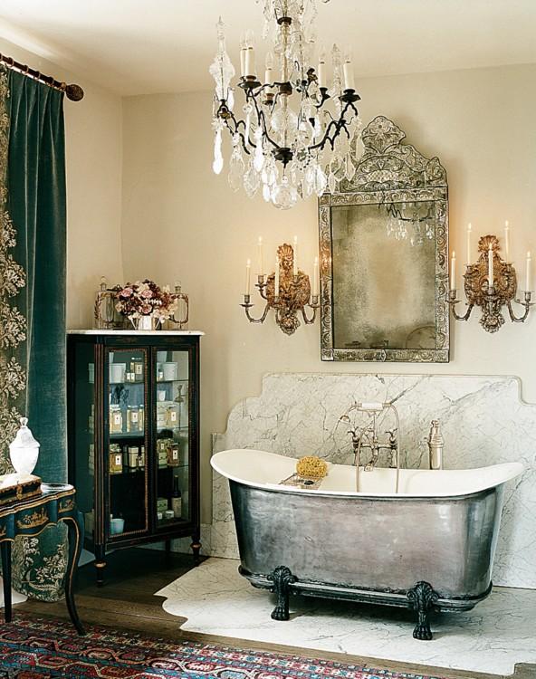 Серебристая ванна в усадьбе Гелы Нэш-Тейлор, окруженная шторами из королевского итальянского придворного поезда.  Фото: Франсуа Алар, Vogue, 2009