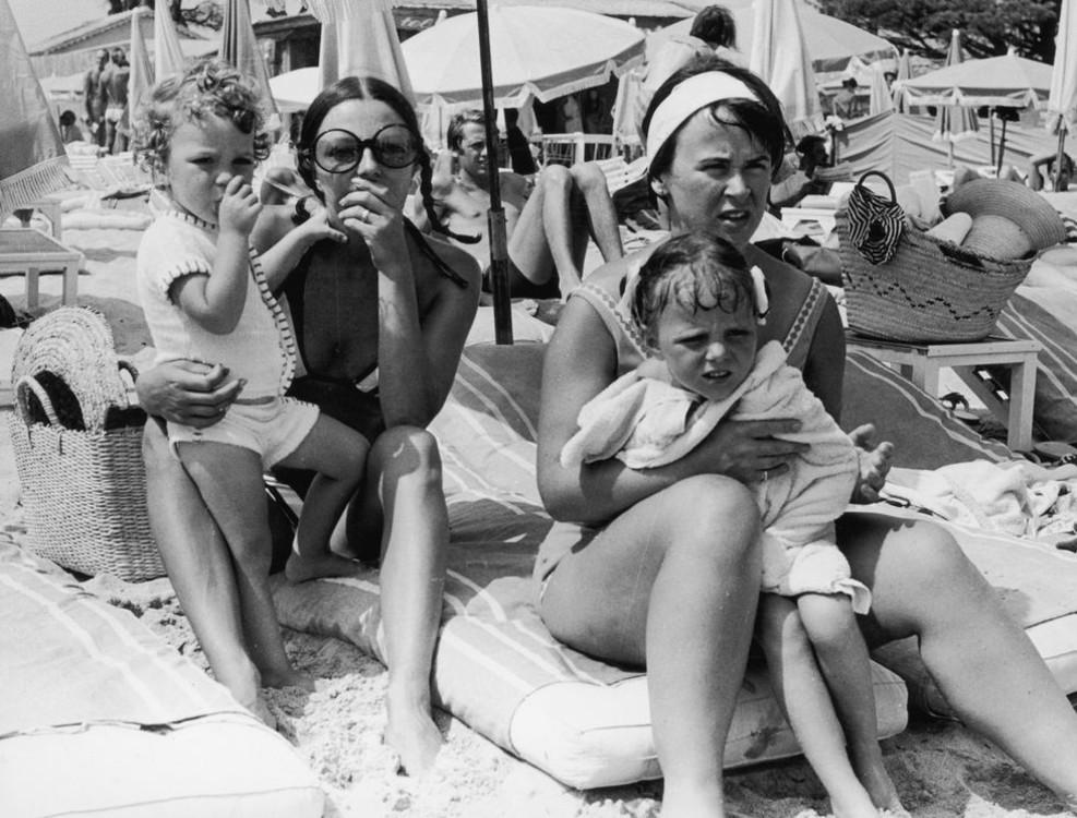 Джоан Коллинз с с детьми и подругой, 1968 год
