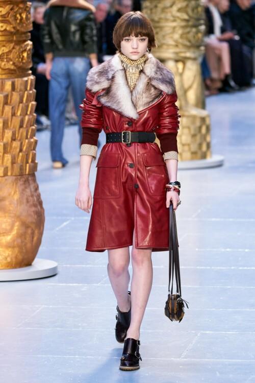 Самые модные кожаные пальто сезона: с меховой отделкой осень-зима 2020/2021 фото