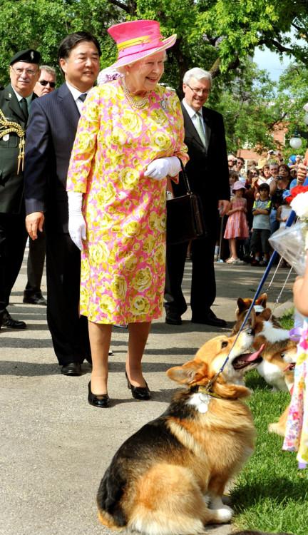 Елизавета ІІ общается с владельцами корги во время визита в Канаду