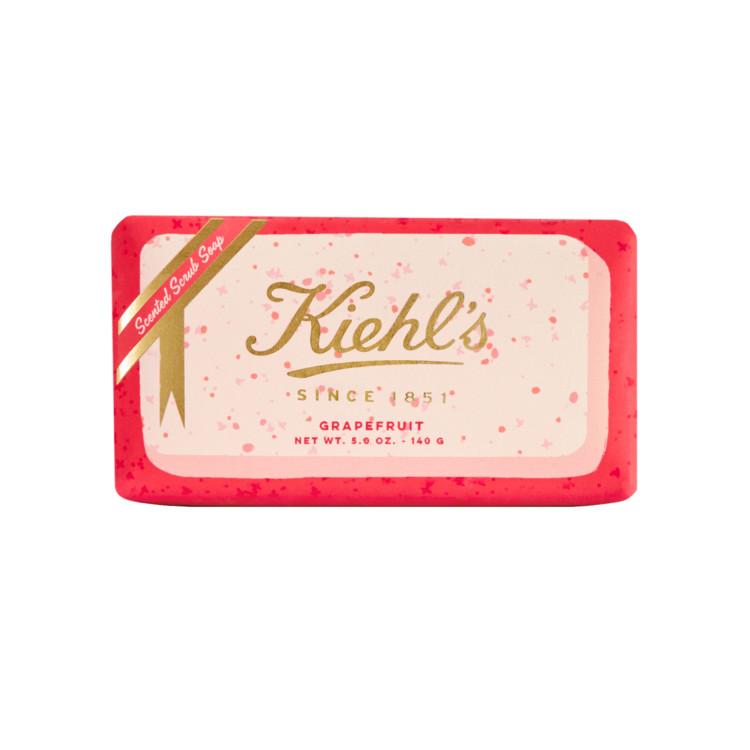 Запах грейпфрута – терпкий и изысканный – бодрит не хуже кофе, а отшелушивающие частицы в составе ароматизированного мыла-скраба Holiday Bar, Kiehl's, нежно полируют кожу.