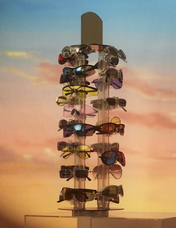 Лівий ряд: Set Design's Prop, Emporio Armani, Versace, Oakley, Westward Leaning, Versace, Gigi Hadid x Vogue Eyewear, Emporio Armani. Правий ряд: Set Design's Prop (2), Illesteva, Oakley (2), Emporio Armani