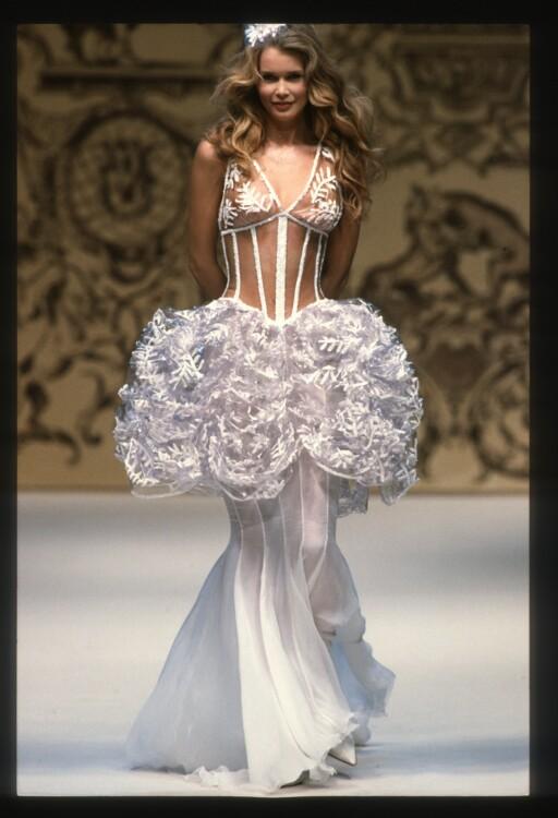 Клаудия Шиффер во время показа Chanel Haute Couture весна-лето 1993