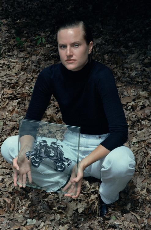 Хлопковая футболка, Martine Rose; джинсы, Courrèges; кожаные ботинки, Dior «Без названия», бумага, стекло, 30 x 30 см, 2016