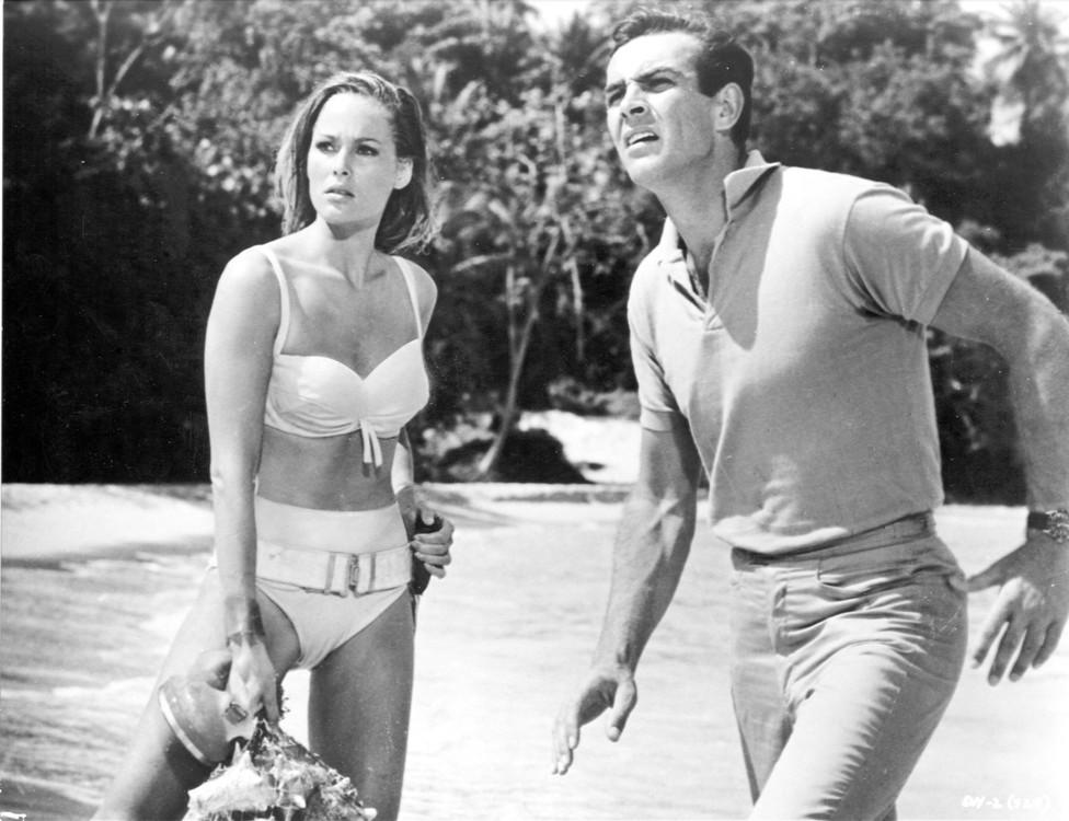 """Урсула Андресс і Шон Коннері, кадр з фільму """"Доктор Ноу"""", 1963"""