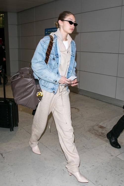 Джиджи Хадид с сумкой Fendi и в мюли Stuart Weitzman
