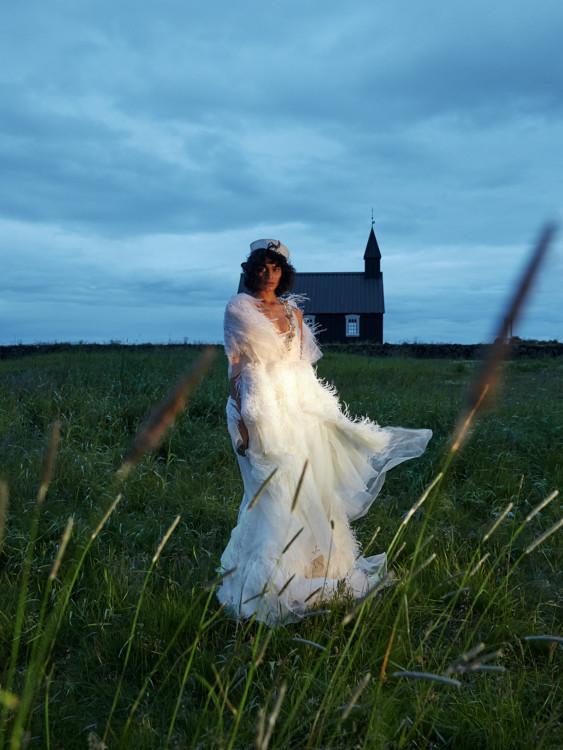 Шовкова сукня з обробкою з пір'я, Gucci; капелюх з бавовни і соломи, Beton Cire