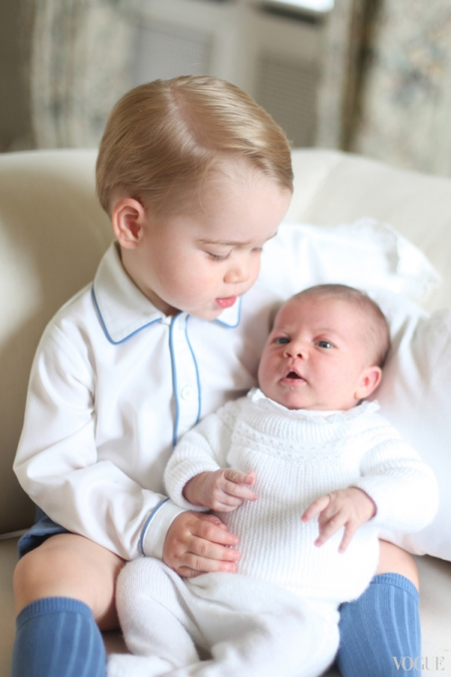 Фото принцессы Шарлотты и ее брата принца Георга, сделанное их мамой Кейт Миддлтон. На фото – Шарлотте исполнился один месяц