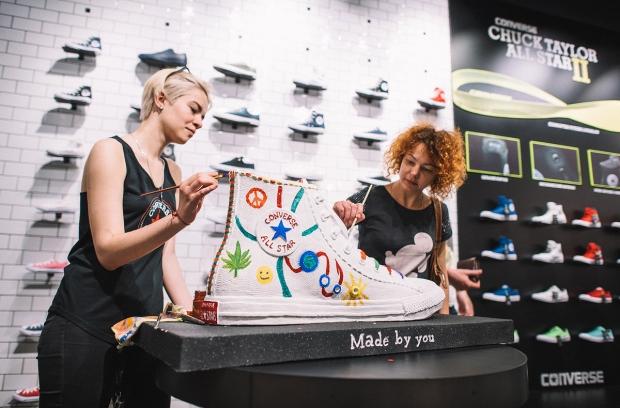 А в честь открытия устроили в новом магазине праздник  за диджейским  пультом была самый модный диджей Киева Катро Заубер, а с интересной лекцией  о феномене ... 6b11a40534d