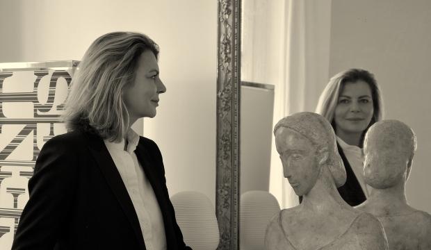 9cb20a393ede «Визитку нужно нагреть – тогда на черных полосках проявятся контакты», –  говорит мне Агнес Баррет. Похожий трюк она уже 10 лет проводит с модной  индустрией  ...