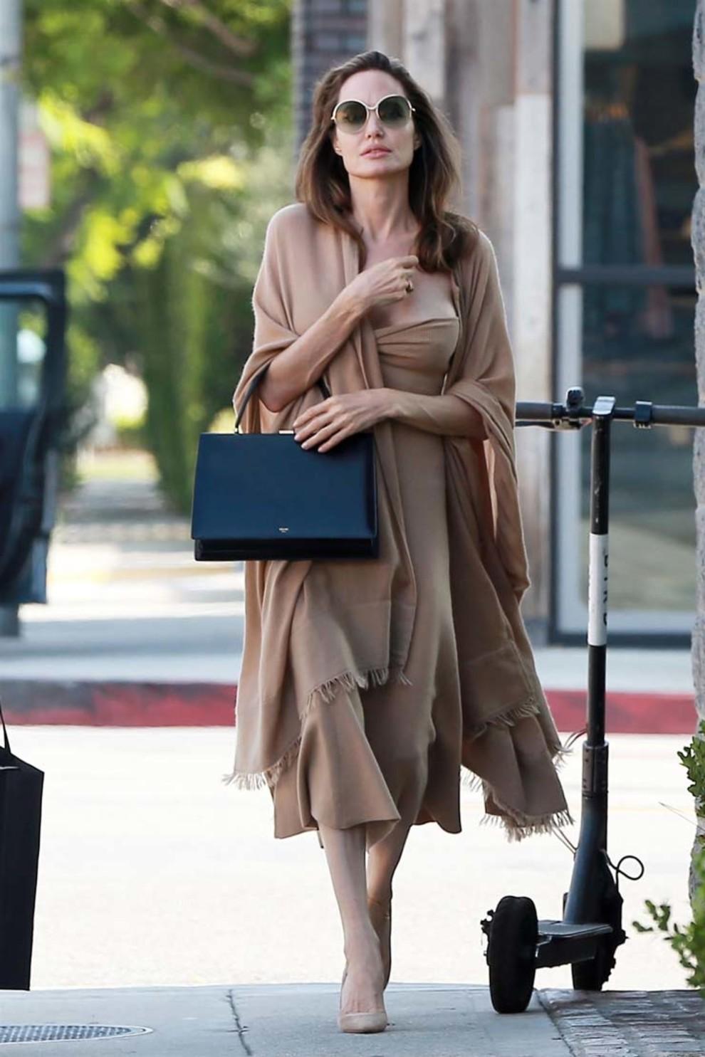 5b83cfc2c4053 - Свежий взгляд на стиль Анджелины Джоли: скука, или современный пуризм