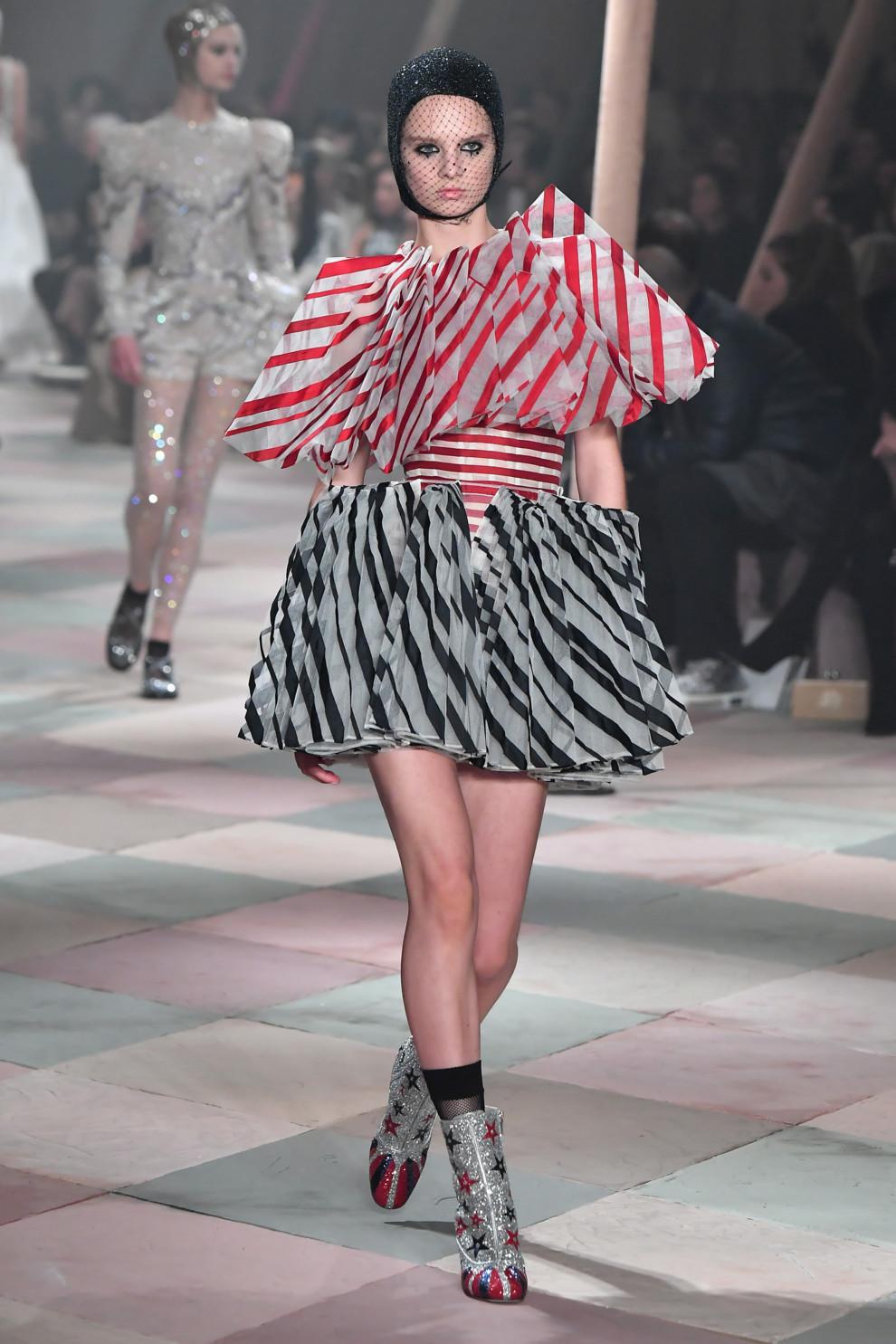 5c46dc891405b - Плечом к плечу: Dior Couture весна-лето 2019