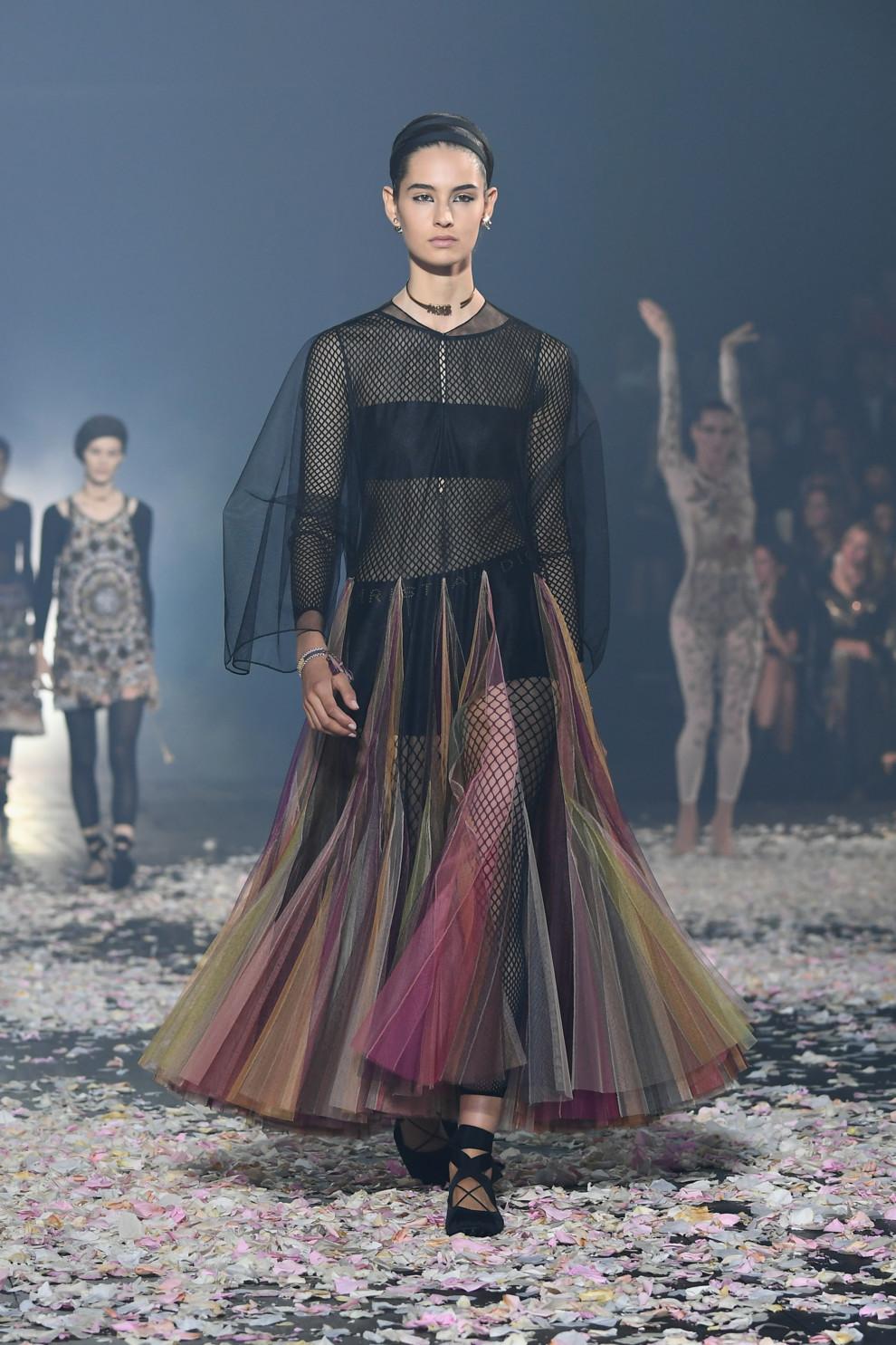 5ba8ff804b086 - Старт Недели моды в Париже: Christian Dior весна-лето 2019