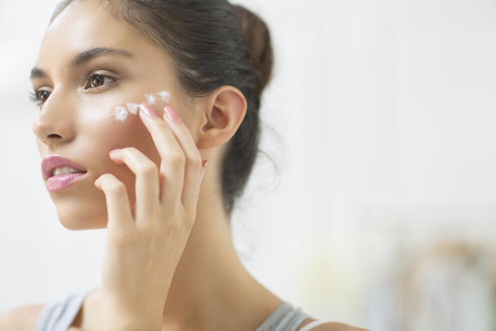 Очень важно регулярно использовать солнцезащитный крем летом, так как он способен защитить кожу от преждевременного старения и не только.