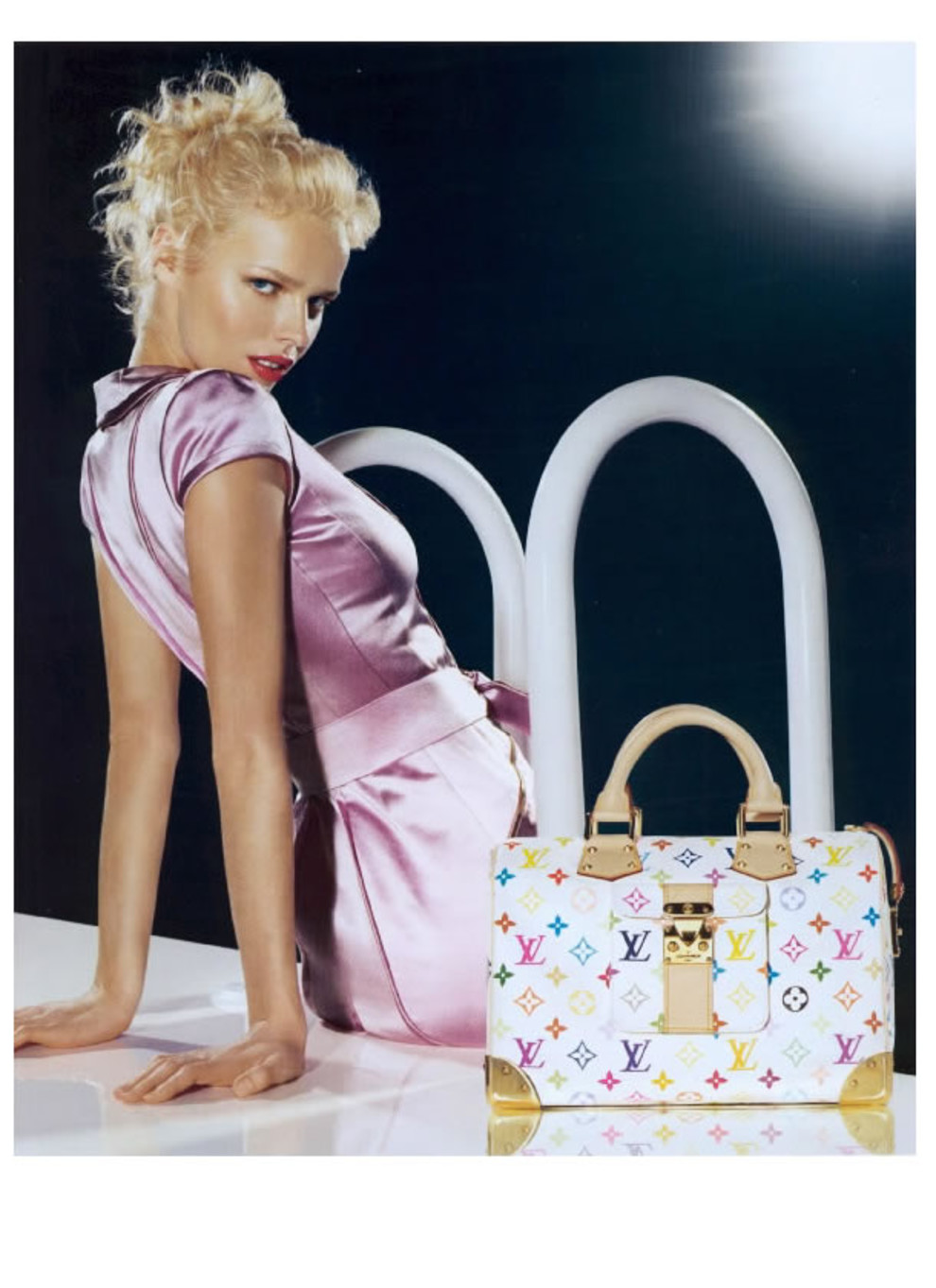 dbdda6b9a68a ... Стивену Спраусу создать граффити-версию монограммы Vuitton. В итоги эти  сумки стали сенсацией в мире поп-культуры. Для своей последней коллекции  Louis ...