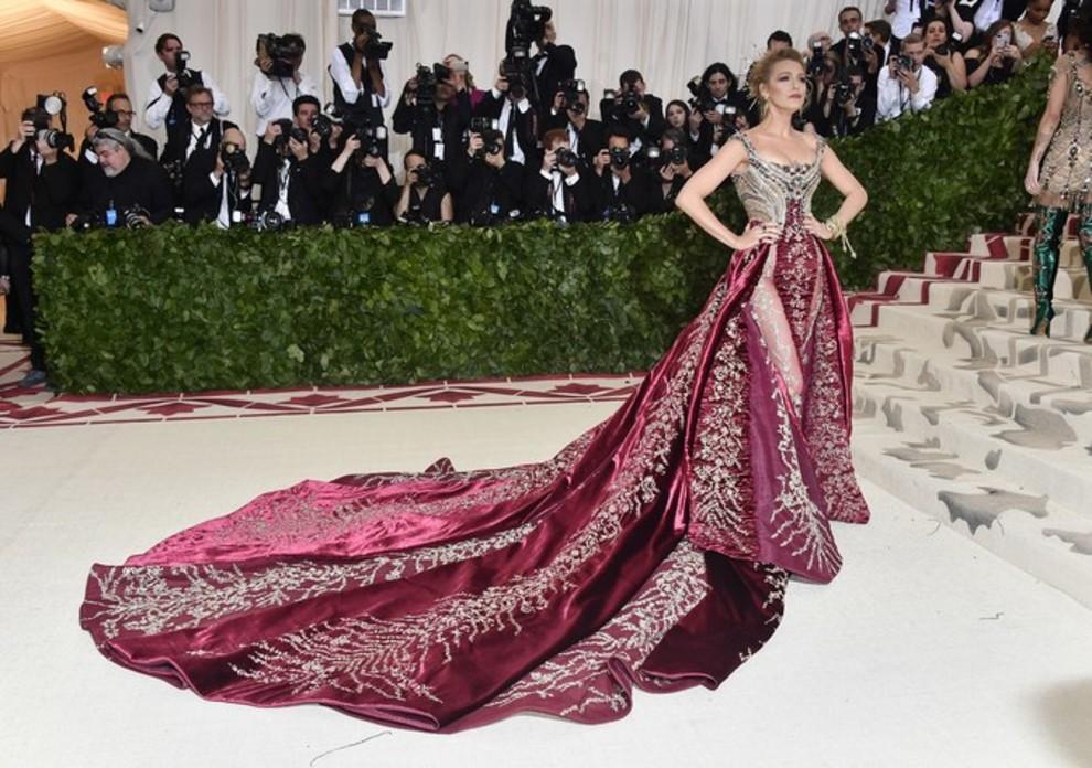 b1b35452b9b Met Gala 2018: як створювали сукню Versace для Блейк Лайвлі | Vogue ...
