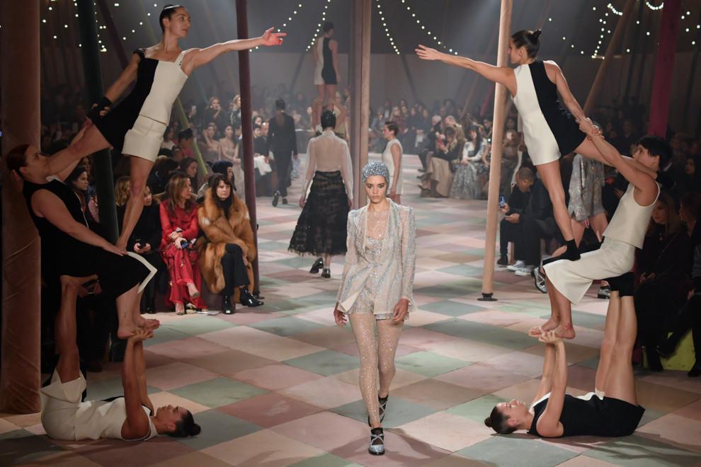 5c46dba3c2331 - Плечом к плечу: Dior Couture весна-лето 2019