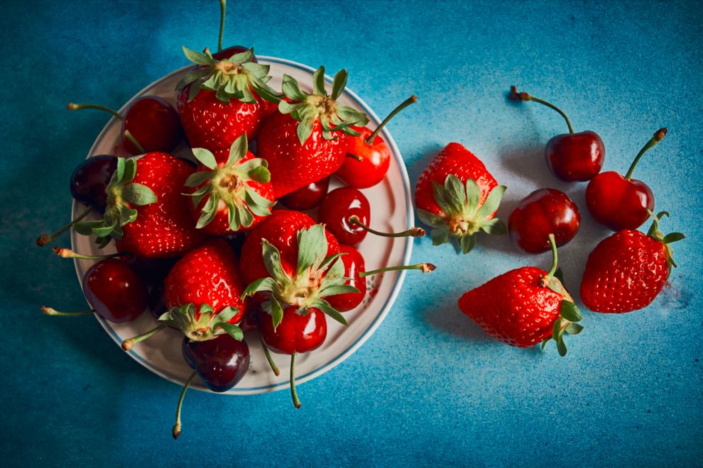В чем особенность клубники и черешни и что из этих ягод можно приготовить.