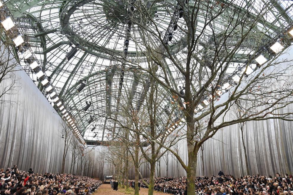 Дизайнер Chanel выбрал для популярного показа необычное место: удивительные фото