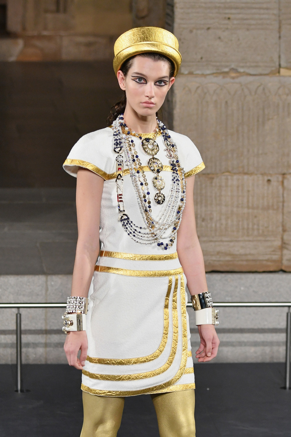 5c08de1956429 - Взгляд Клеопатры: макияж на показе Chanel Pre-Fall 2019