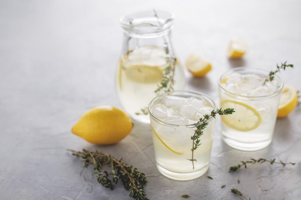 Лимонад с тимьяном можно назвать находкой этого лета. Вот как его приготовить.