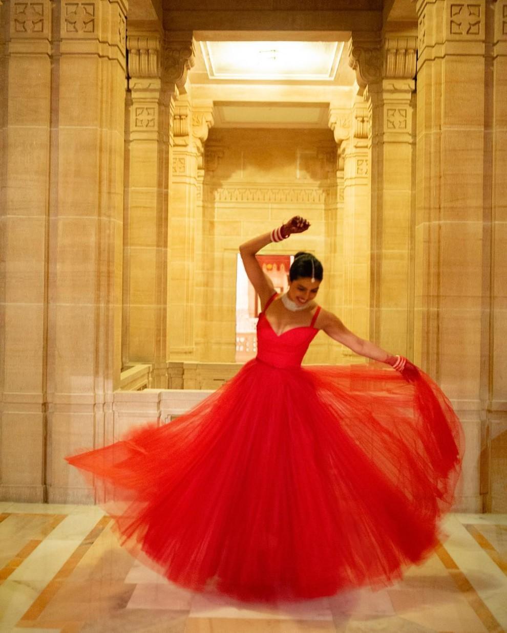 5c267e25c4516 - Еще одно свадебное платье Приянки Чопры
